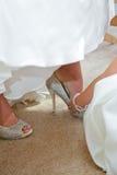 bruden sätter skor Royaltyfria Bilder