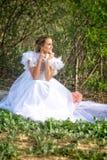 Bruden ser till framtiden Fotografering för Bildbyråer