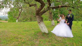 Bruden sitter på en härlig gunga lager videofilmer
