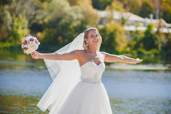 Bruden skyler är vind Arkivfoton