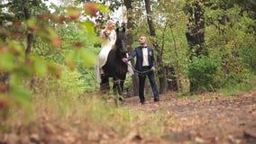Bruden som rider en häst arkivfilmer