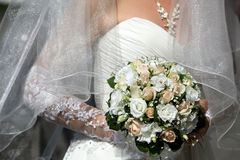 Bruden som rymmer härligt bröllop, blommar buketten Arkivfoton