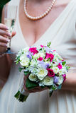 Bruden som rymmer härligt vitt bröllop, blommar buketten Arkivbilder