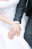 bruden varje brudgum hands holdingen andra Royaltyfria Bilder