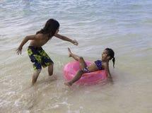 Bruder, der seine Schwester mit einer Krabbe erschrickt Stockfotos
