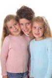 Bruder mit den Doppelschwestern vertikal Lizenzfreie Stockfotografie