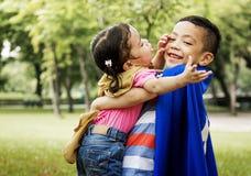 Bruder-Schwester-Playing Happiness Cheerful-Konzept stockbild