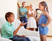Bruder spricht mit ihrem Schwesterschreien Lizenzfreie Stockfotos
