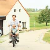 Bruder und Schwester auf einem Motorrad Stockfoto