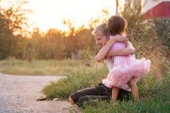 Bruder und Schwester auf einem Weg lizenzfreies stockfoto