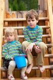 Bruder und Schwester auf Spielplatz der Kinder lizenzfreie stockfotografie