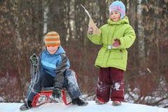 Bruder und Schwester beabsichtigen Laufwerk vom Hügel lizenzfreies stockbild