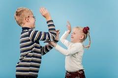Bruder und Schwester beginnen einen spielerischen Kampf mit einander Stockbild