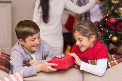 Bruder und Schwester, die ein Geschenk halten Stockfotos