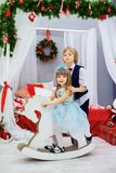Bruder und Schwester, die im Raum spielen Das Konzept von Weihnachten Stockfotografie