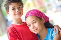 Bruder und Schwester, die jeder des anderen Firma genießen Stockbilder