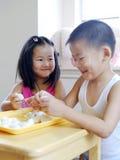 Bruder und Schwester, die Mehlklöße bilden Stockfoto