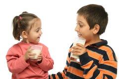 Bruder und Schwester, die MI trinken Stockfoto