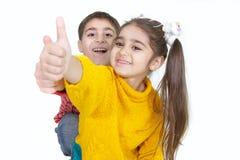 Bruder und Schwester, die sich Daumen zeigen Stockfotos