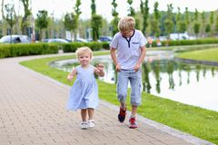 Bruder und Schwester, die Spaß im Park haben Stockbilder