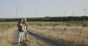 Bruder und Schwester, die weit weg auf dem Gebiet schauen
