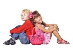 Bruder und Schwester, die zurück zu Rückseite sitzen Lizenzfreies Stockfoto