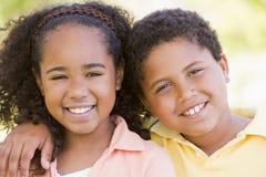 Bruder und Schwester draußen Lizenzfreies Stockfoto