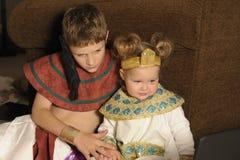 Bruder und Schwester gekleidet wie Ägypter Lizenzfreie Stockbilder
