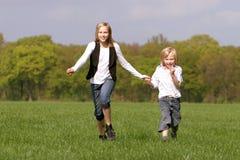 Bruder und Schwester haben Spaß zusammen lizenzfreie stockfotografie