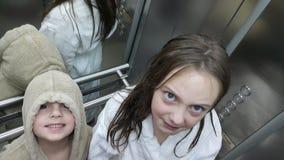 Bruder und Schwester im Aufzug Lizenzfreie Stockbilder