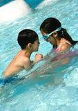Bruder und Schwester im Pool. Stockfotos