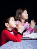 Bruder und Schwester sagen Gebete. Stockbilder