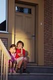 Bruder und Schwester sitzen Blick in Abstand Stockbilder