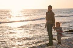 Bruder und Schwester am Sonnenuntergang lizenzfreie stockfotografie
