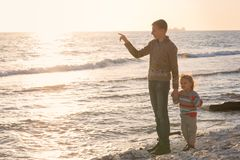 Bruder und Schwester am Sonnenuntergang lizenzfreie stockbilder