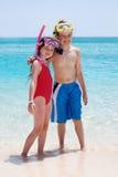 Bruder und Schwester am Strand Stockfotos