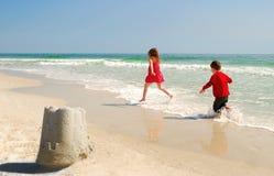 Bruder und Schwester am Strand stockfoto