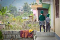 Bruder und Schwester vor Schule lizenzfreie stockfotografie