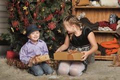 Bruder und Schwester am Weihnachtsbaum Stockfoto