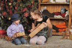 Bruder und Schwester am Weihnachtsbaum Stockfotos