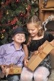 Bruder und Schwester am Weihnachtsbaum Lizenzfreies Stockbild