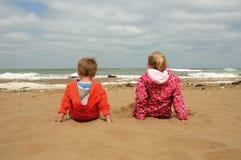 Bruder und Schwester, welche die Ansicht genießen Stockfotos
