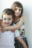 Bruder- und Schwesterlächeln stockbilder