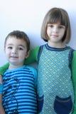 Bruder- und Schwesterlächeln Stockbild