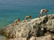 Bruder und Schwestern, die auf der Klippe steigen Lizenzfreies Stockfoto