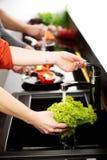 Bruder und Schwestern, die zusammen Mahlzeit kochen Lizenzfreies Stockbild
