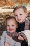 Bruder- und Schwesterportrait stockbild