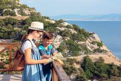 Bruder- und Schwesterreise durch die Berge lizenzfreie stockfotos