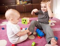 Bruder- und Schwesterspielen Stockbilder