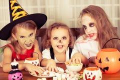 Bruder und zwei Schwestern auf Halloween Lizenzfreies Stockbild